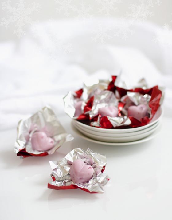 Tänä jouluna vaihtelua perinteisiin suklaakonvehteihin tuovat pienet ja raikkaat jogurttipalat.