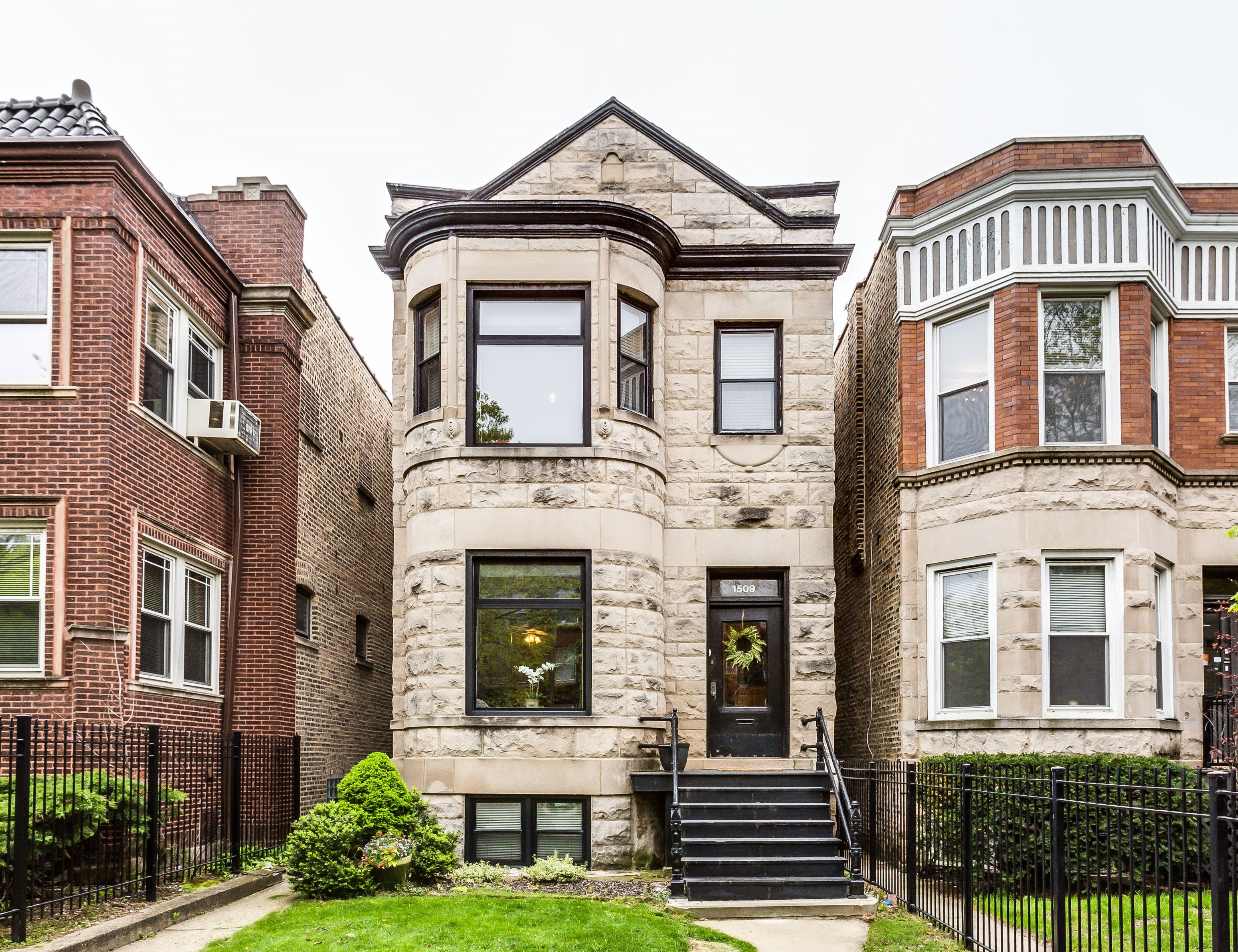 Classic 2 Flat Greystone Apartment Building In The Lakeview Neighborhood Of Chicago With Black Door Brick Exterior House Townhouse Designs Village House Design