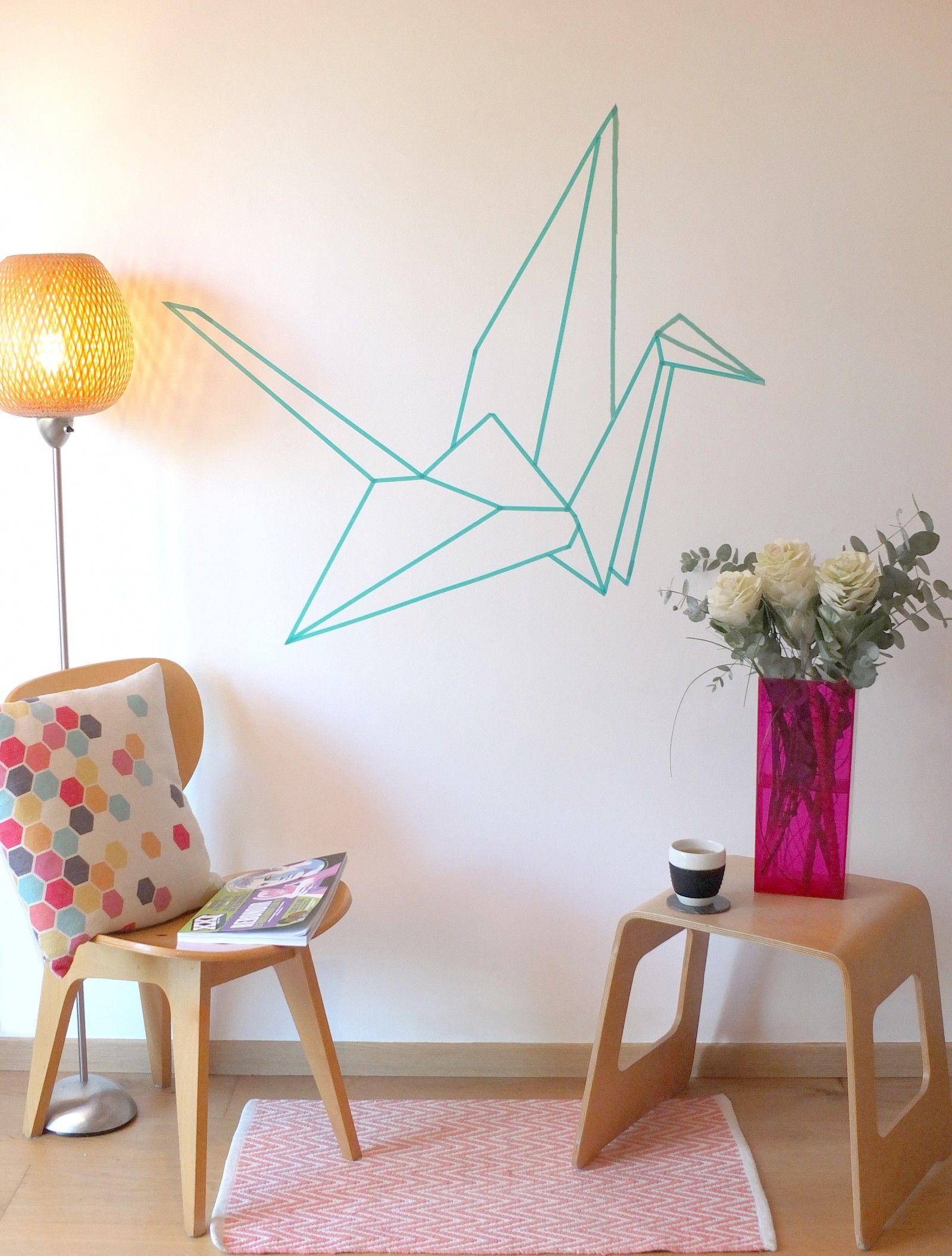 reproduire la forme d 39 un oiseau origami en washi tape sur le mur diy make a wall decor in. Black Bedroom Furniture Sets. Home Design Ideas