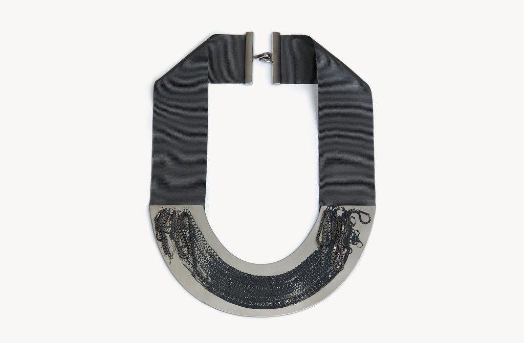 Jasmina Jovy Collier aus der Kollektion <em>The Chain on the Chain</em>. Messing rutheniumplattiert, Ripsband, Druck.