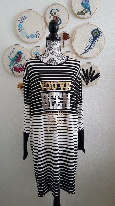 Langarm Kleid kurz oversized gestreift schwarz weiß bedruckt mit Schrift