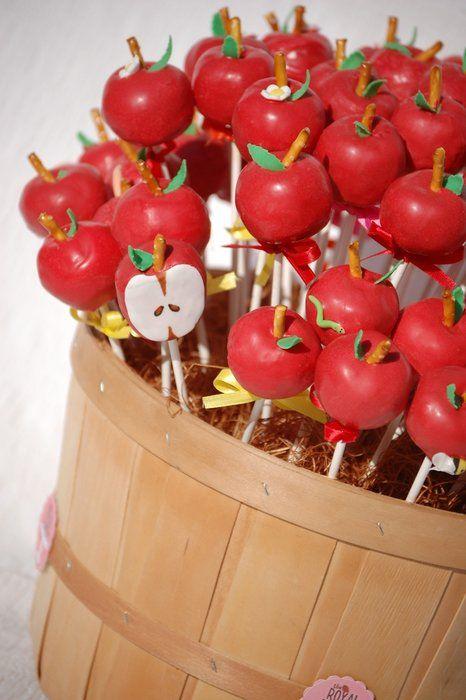 Kori täynnä kakkutikkareita. #omena #kakkutikkari #omenakakkutikkari #apple #cakepops #applecakepops