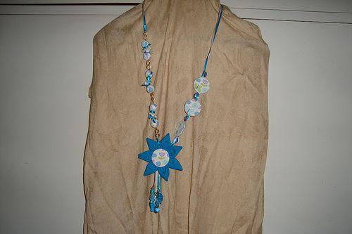 Colar azul com flores e correntes