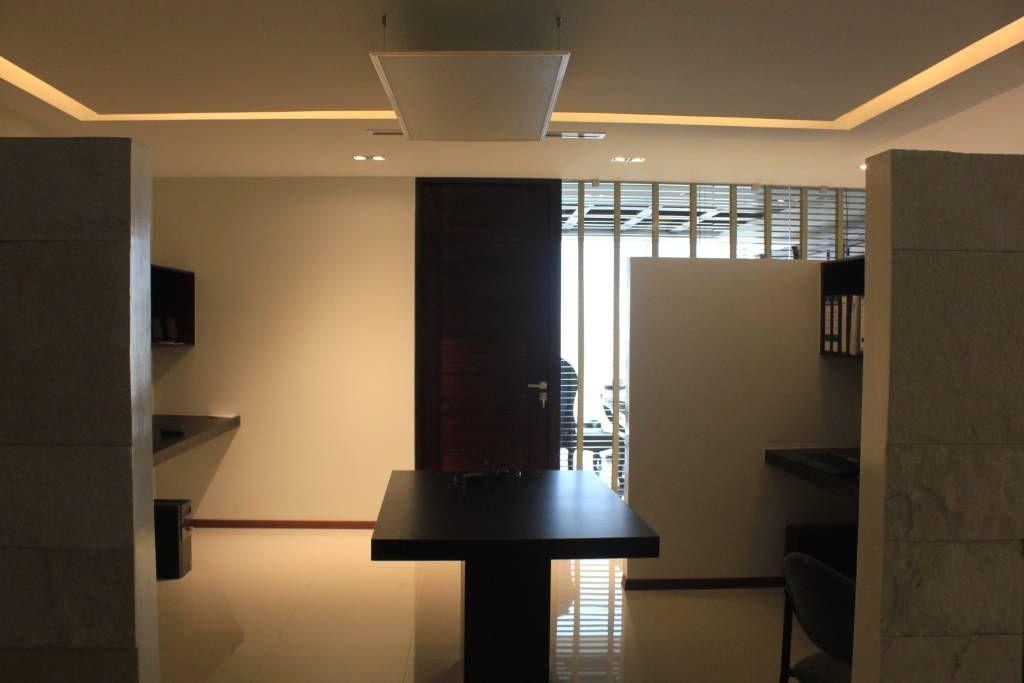 Busca imágenes de diseños de Estudios y oficinas estilo moderno}: Sala de trabajo. Encuentra las mejores fotos para inspirarte y y crear el hogar de tus sueños.