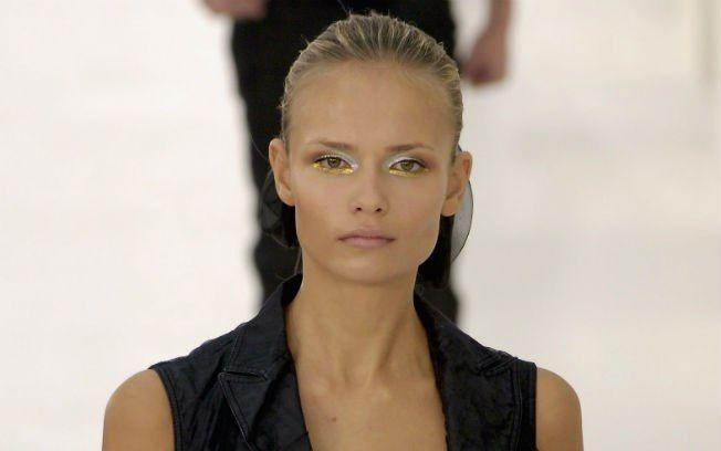 Ouro e prata juntos não dão liga? No desfile da Chanel Primavera/Verão 2007, a maquiagem minimalista misturou dourado e prateado com perfeiç...