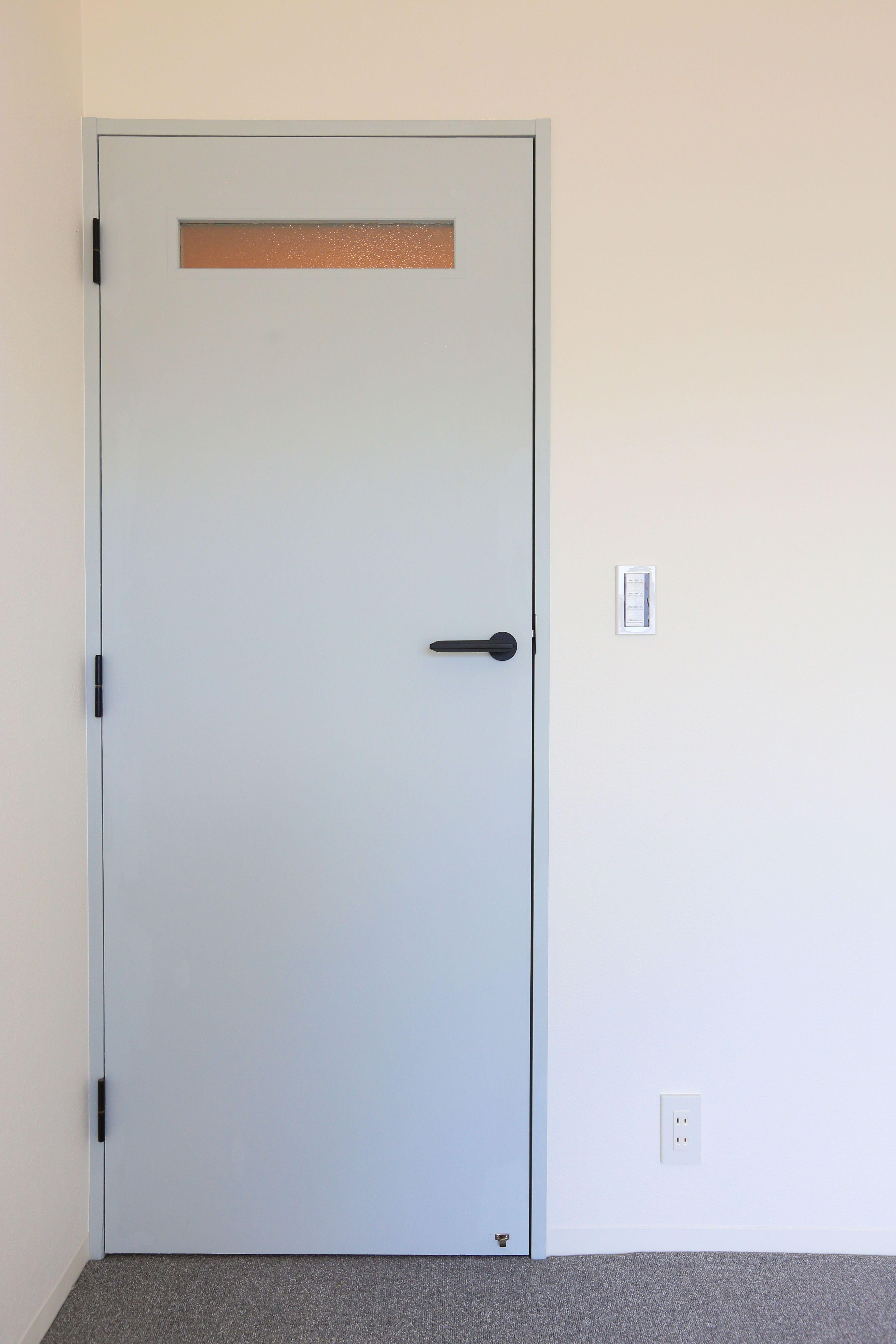 扉は淡い青の扉で爽やかな印象の扉になりました 扉 リノベーション