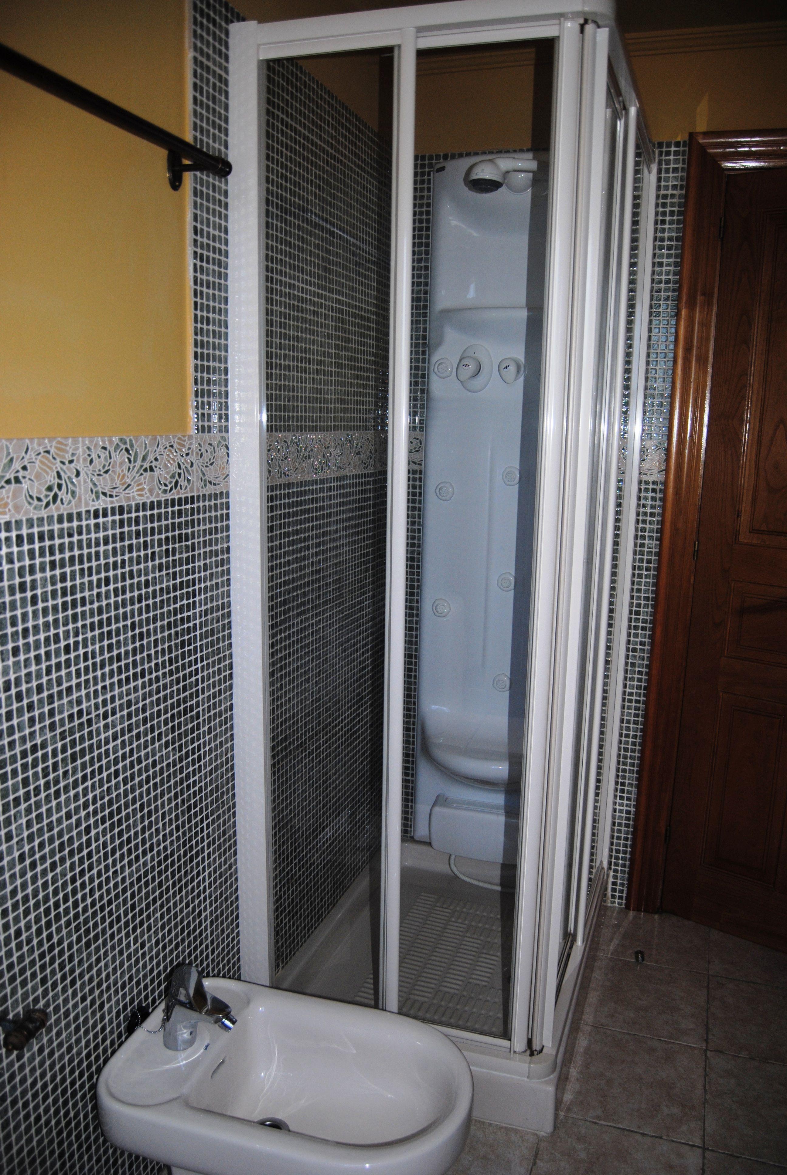 Baño completo con ducha de columna de hidromasaje