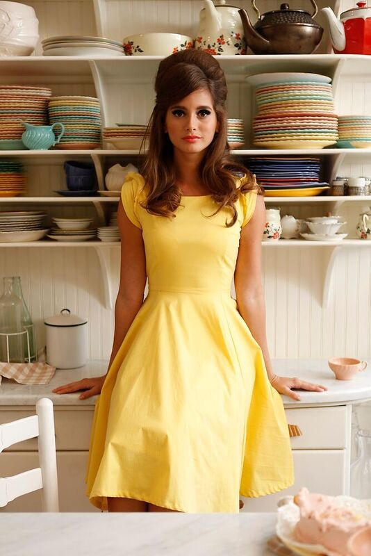 Summer look makeup yellow dress