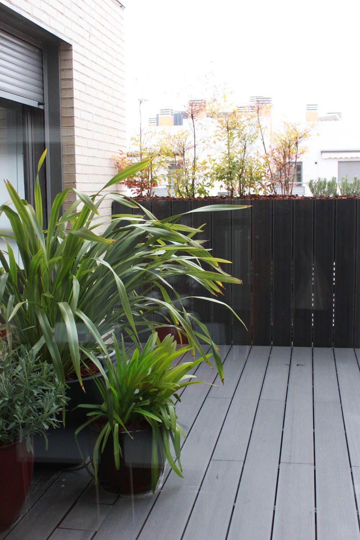 Jard n en terraza con pavimento de madera de color gris for Jardines pequenos verdes