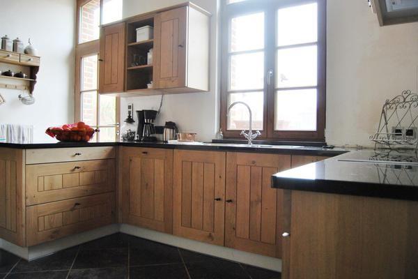 Cette cuisine quip e classique associe des portes en bois - Cuisine equipee belgique ...
