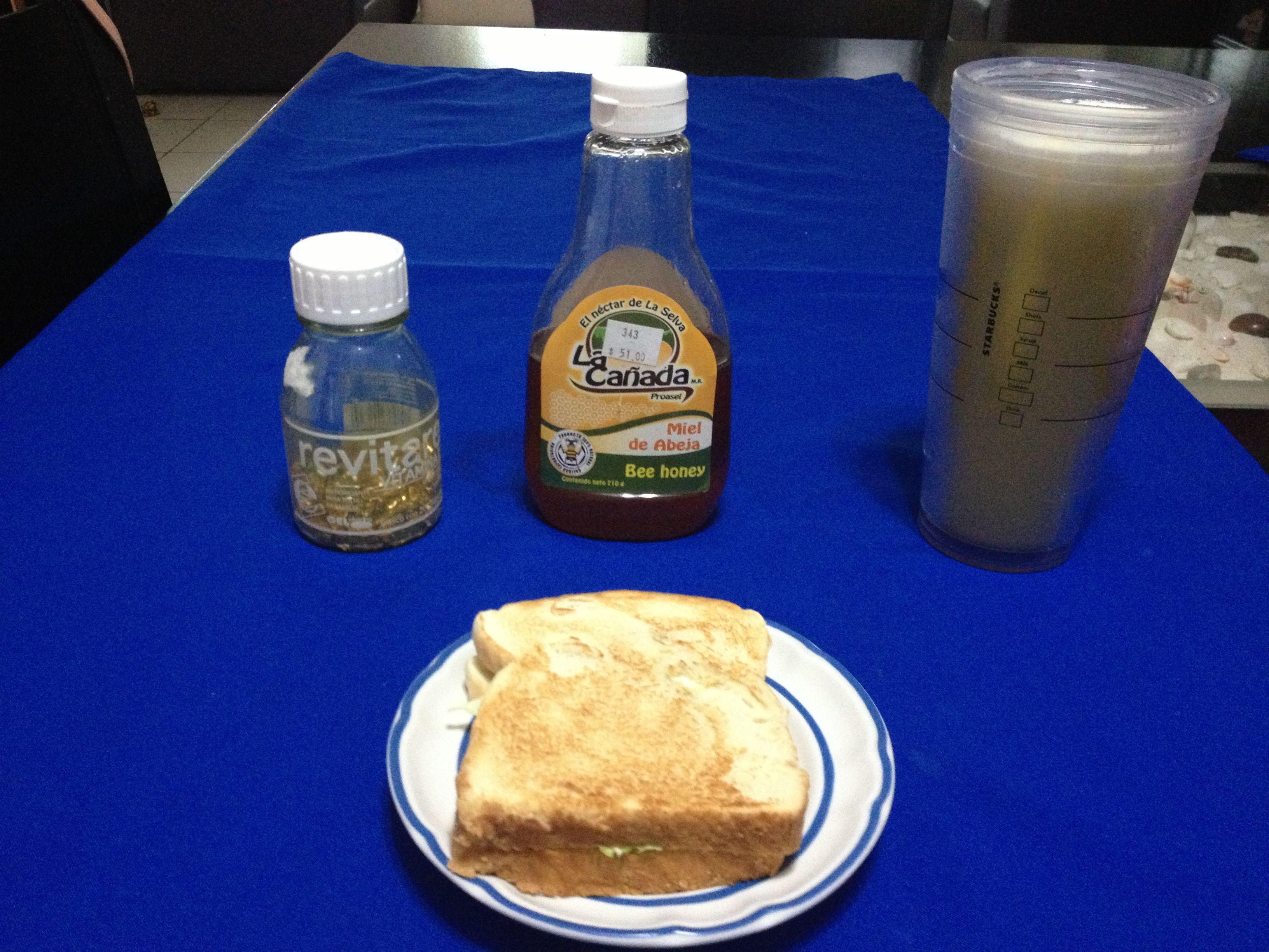 Sandwich de queso panela y lechuga, jugo de piña, pera y manzana, vitamina E y cucharada de miel.