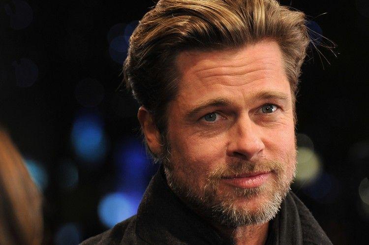 Mittelscheitel Mann Frisur Modern Von Brad Pitt Mit Bart Getragen Brad Pitt Haarschnitt Haarschnitt Frisuren Halblang
