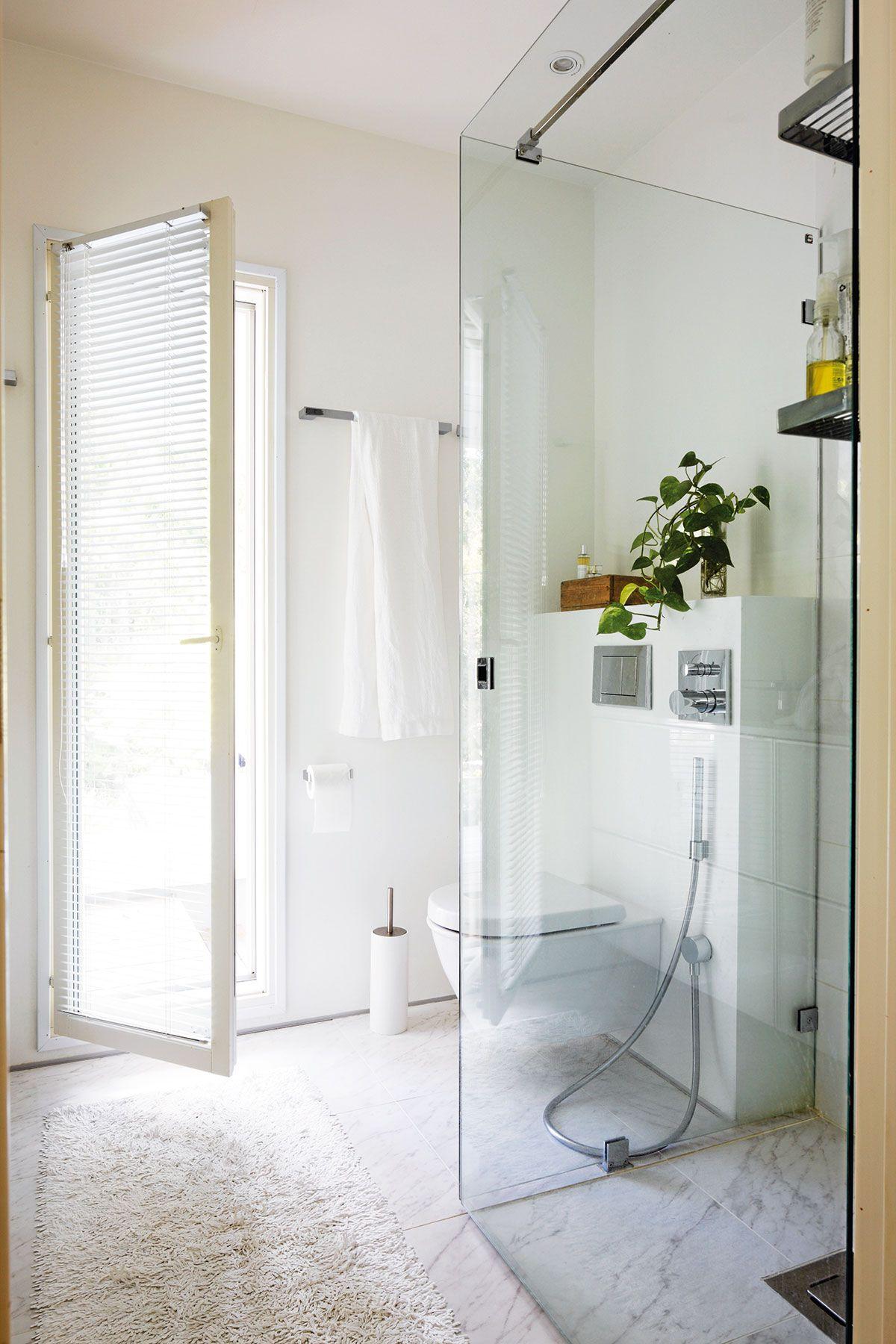 Yläkerran kylpyhuone remontoitiin muutama vuosi sitten. Pienen ikkunan tilalle avattiin oven korkuinen mutta kapeampi ikkuna-aukko. Laatat, hanat, lavuaari ja wc-istuin ostettiin kaikki Laattapisteestä.