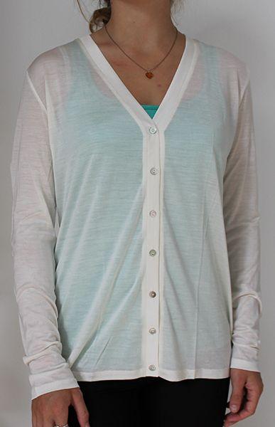 Fantastisk let og komfortabel cardigan i 100% naturlig strikket i en fin silke. God pasform med perle knapper. Ideel sommer jakke som varmer kølige sommeraftener og passer i enhver taske!