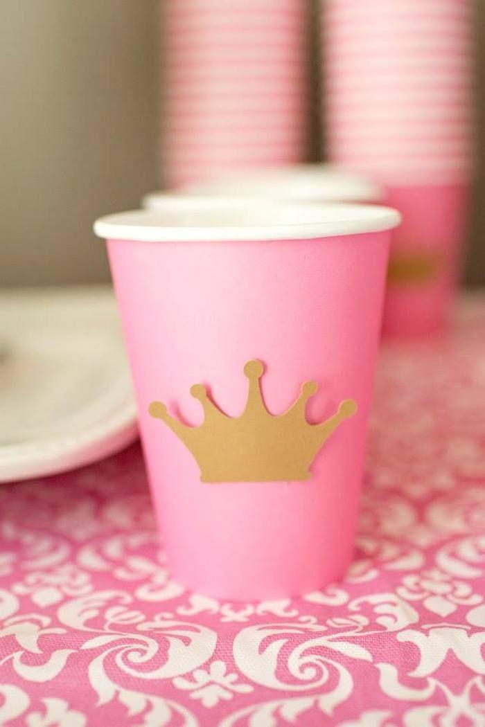 Una idea facilísima para el cumpleaños de las chicas pegarle una coronita de papel a un vaso y ya esta es muy simple y puede que sea mas conveniente