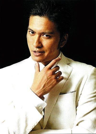 白いスーツが似合う長瀬智也