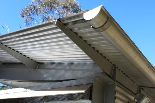 Metal gutter and steel outriggers, by Glenn Murcutt (for the roof overhang above the bar)
