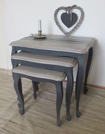 Trois anciennes tables gigognes patinée, les pieds sont peints gris - vernir un meuble peint