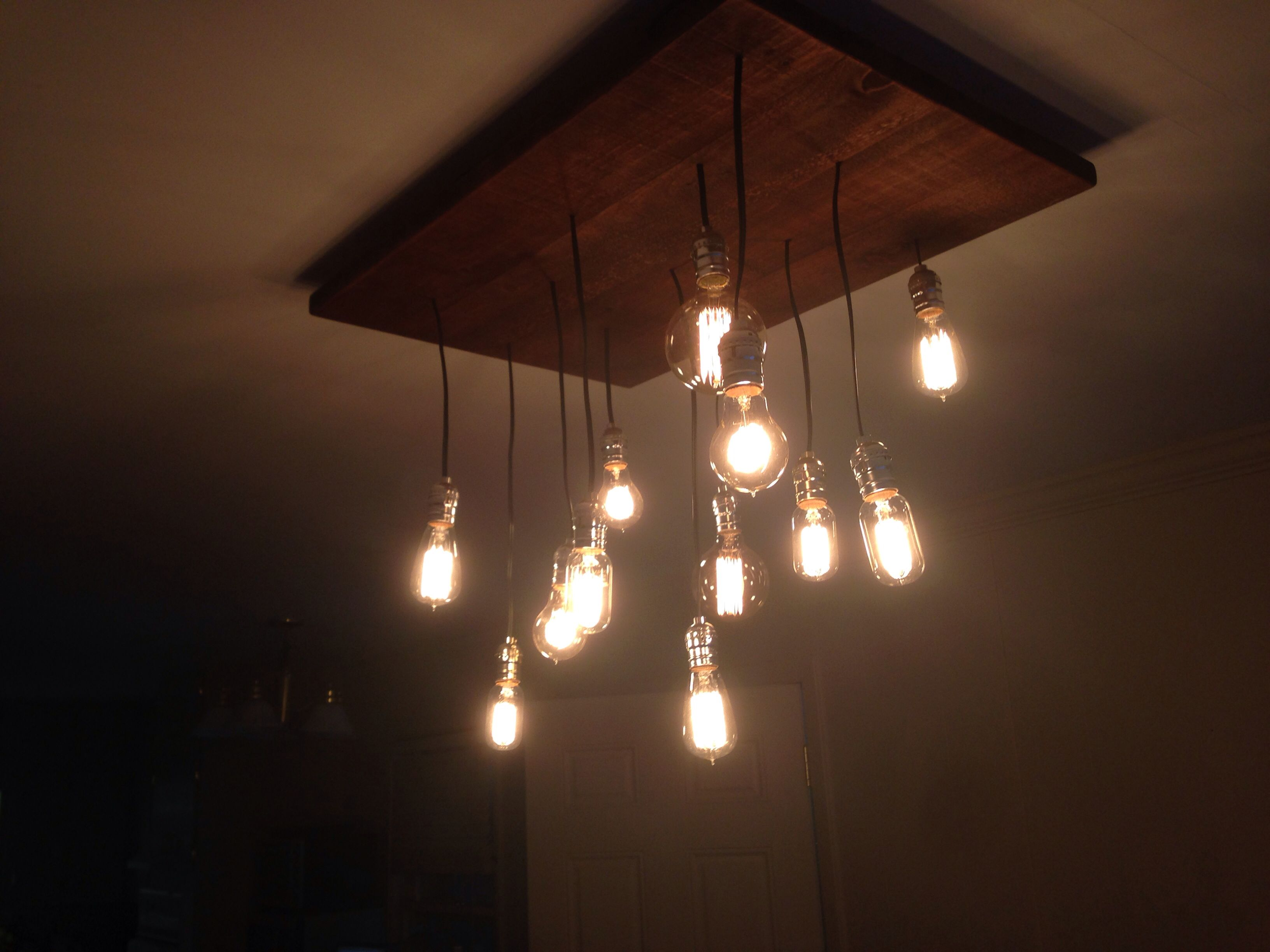Diy rustic chandelier with edison light bulbs for Diy edison light fixtures