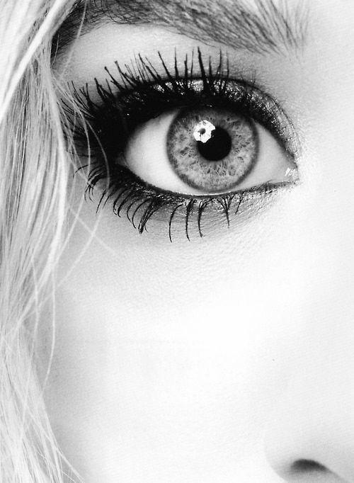 black and white eye ^^