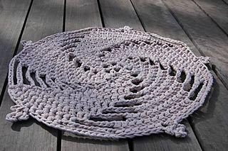 Crochet Zpaghetti crochet rug. Free pattern.