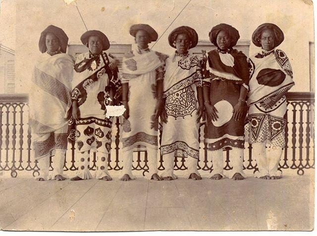 Now let's get in formation !  Have a nice week  Passez une bonne semaine !  Zanzibar women, end of 19th century  #Monday #vintage #Zanzibar #Swahili #africanfashion
