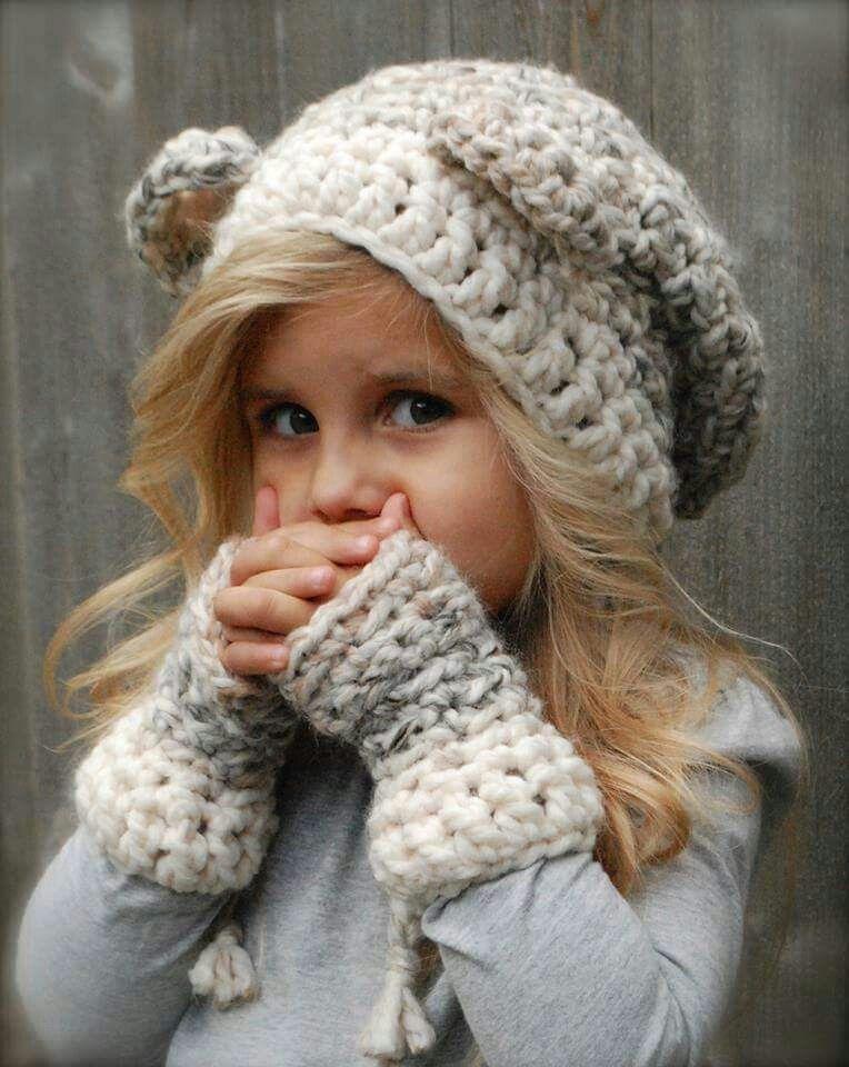 Gorro y guantes tejidos para niña