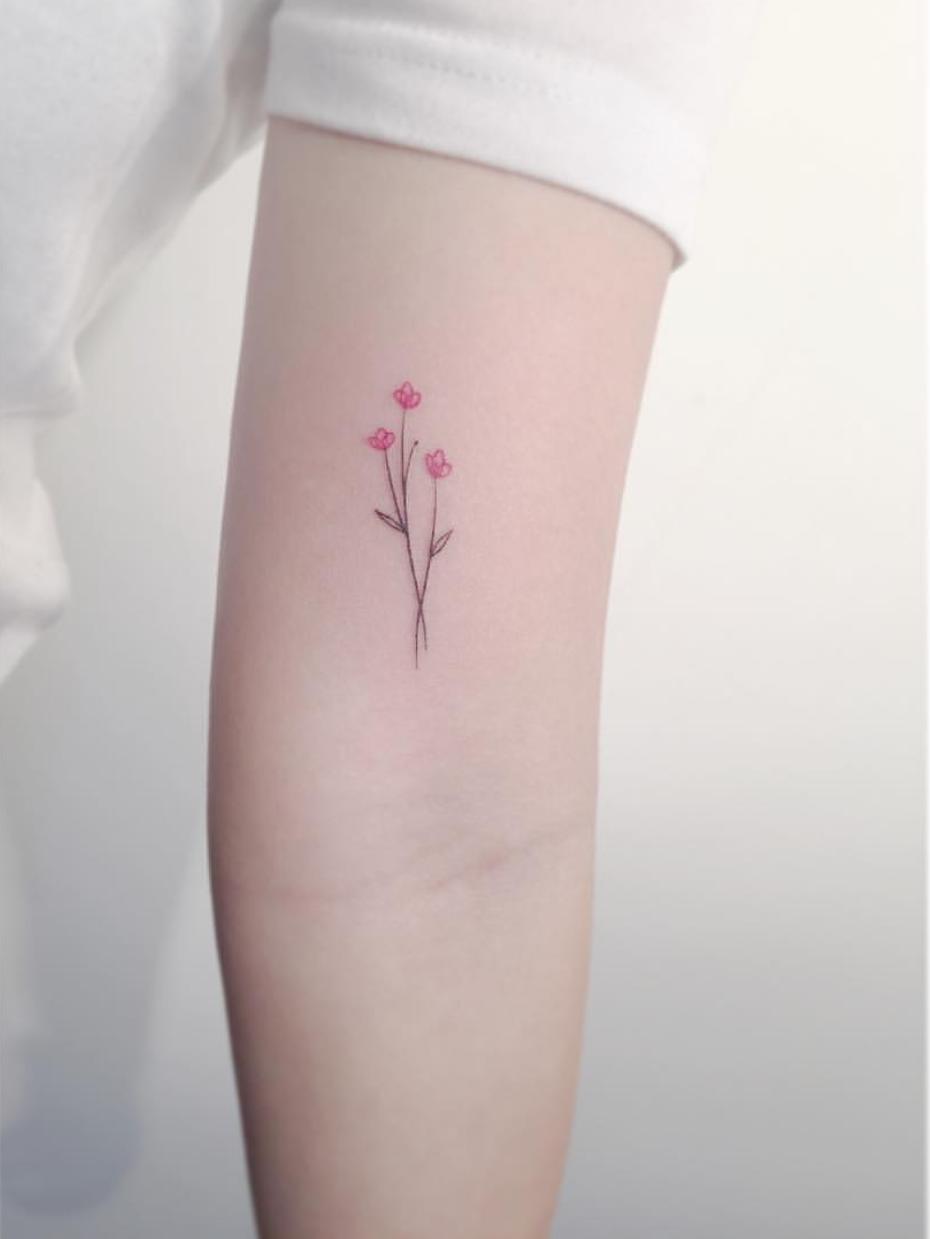 15 Ideas de tatuajes con flores que te darán un toque delicado y femenino