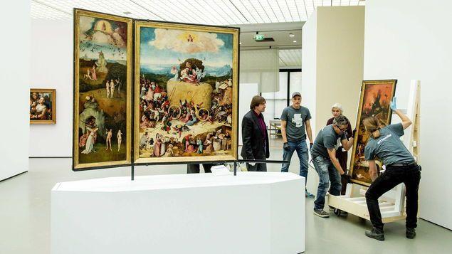 Montaje del tríptico del Carro del Heno en la exposición del V Centernario **
