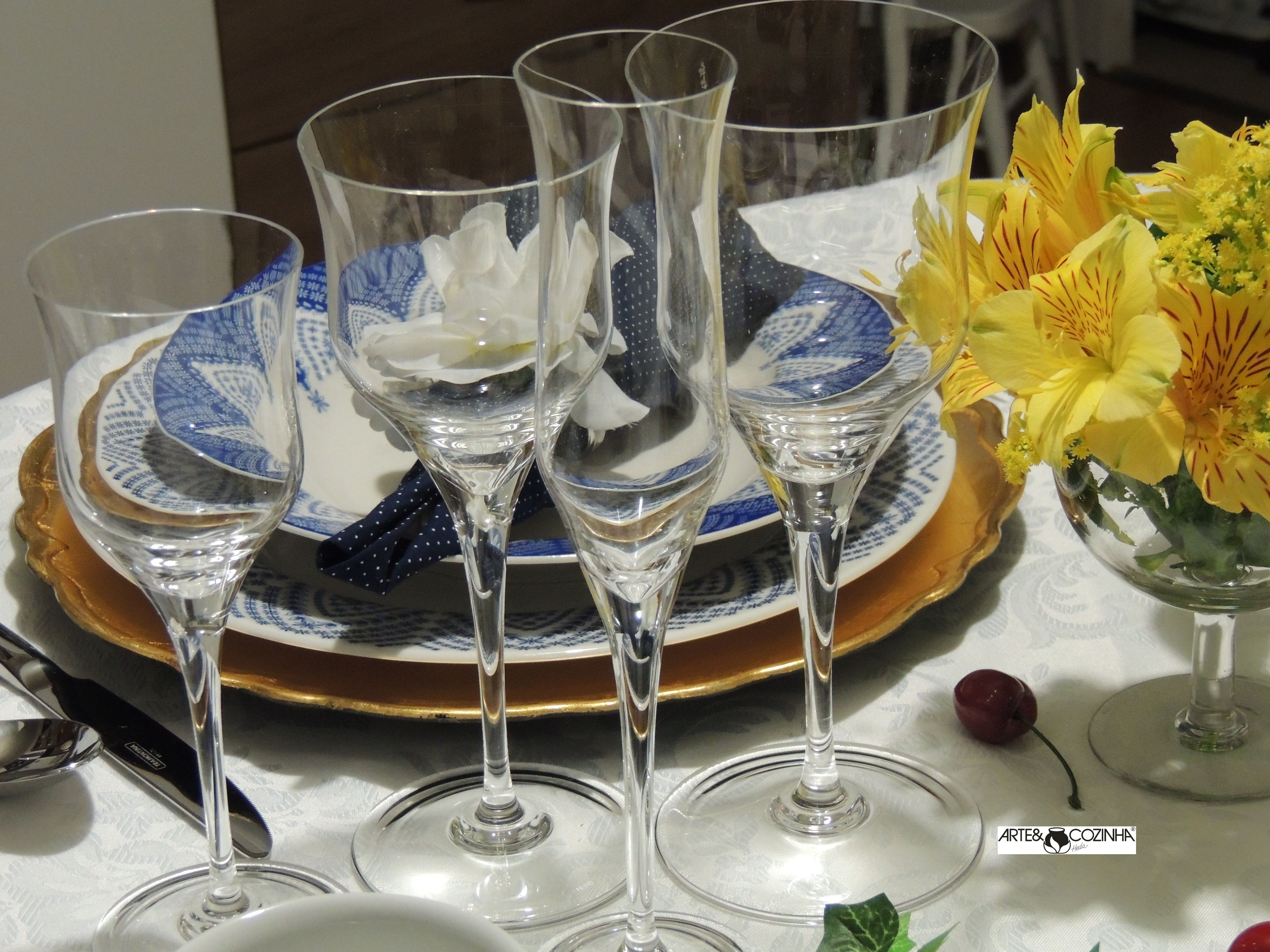 As taças mais nobres são as de cristal, conhecidas pelo brilho, transparência, paredes finas e brilhantes. Assim o sabor da bebida fica mais agradável.  Para cada vinho, uma taça.   O uso dos copos é determinado, antes de tudo, pelo tipo de bebida a ser servido.  *Taças Oxford Crystal (oxfordporcelanas.com.br) Decoração da mesa:Heda Seffrin Fotografia:Simone Seffrin