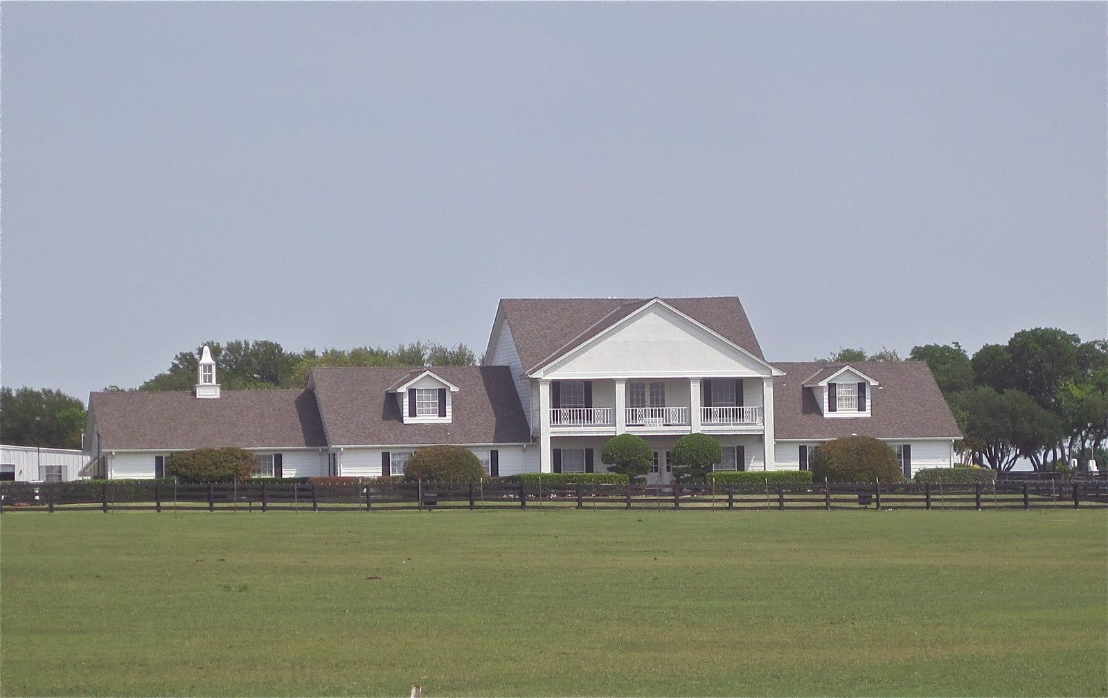 Dallas tv show flight plan southfork ranch is hopping for Southfork ranch house plans