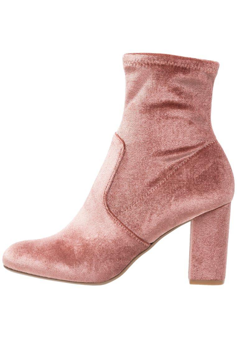 2381a68a7c7 ¡Consigue este tipo de zapatos abiertos de Steve Madden ahora! Haz clic  para ver