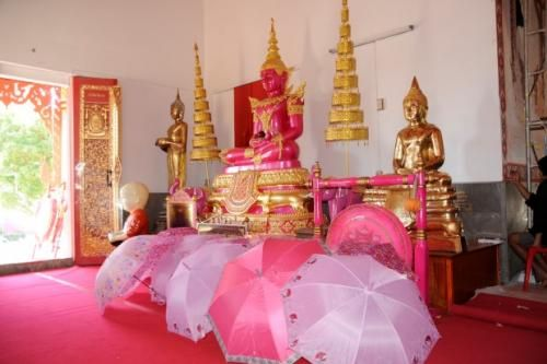 หวานแหวว!!ชาวบ้านแห่กราบไหว้แก้บนกับพระพุทธรูปที่วัดเถรพลายด้วยของสีชมพู