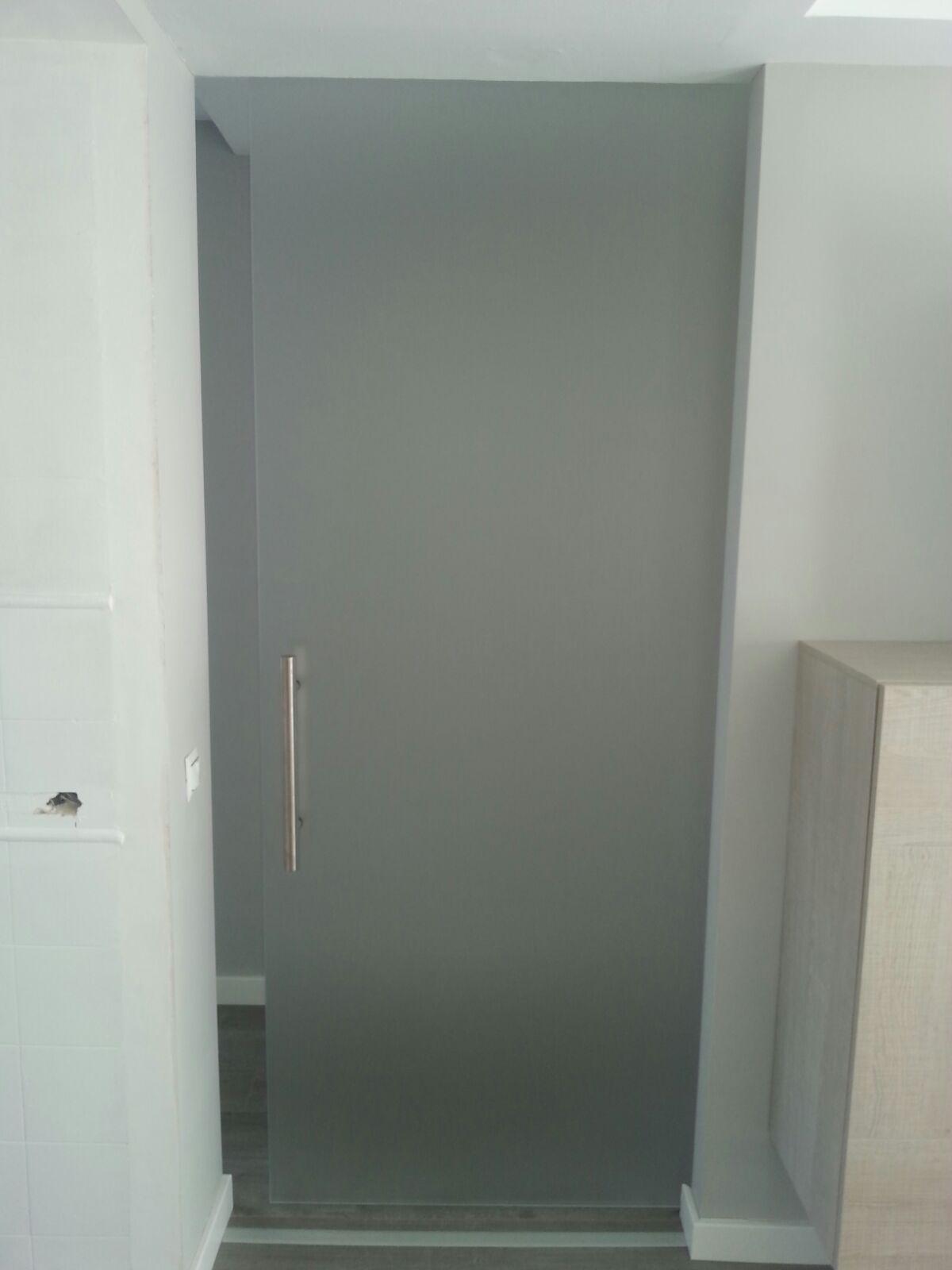 Puerta corredera en vidrio mate con herrajes saheco y - Tirador puerta corredera ...