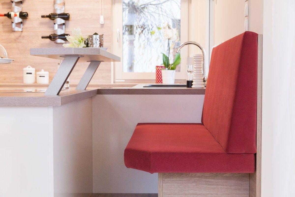 k che mit theke und roter sitzbank inneneinrichtung haus haid trend 157 w hartl haus. Black Bedroom Furniture Sets. Home Design Ideas