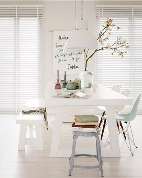 Comedor moderno en blanco con bellísima mesa y banco de picnic y ...
