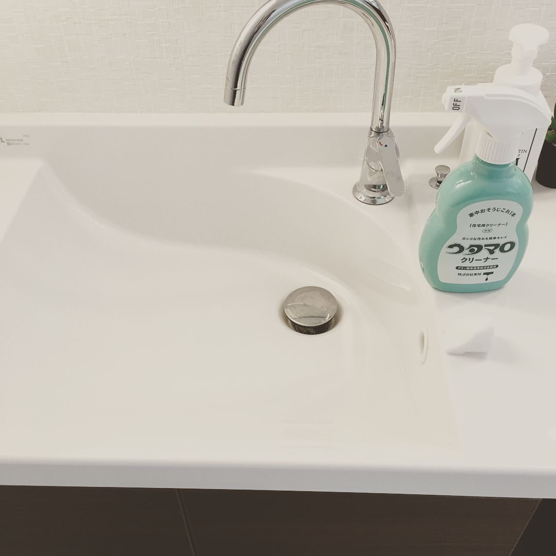 こんにちは 今日は洗面台掃除 うちに洗面3箇所あるんだけど 今日は2箇所をお掃除しました 洗面台掃除前pic 用意するもの ウタマロ メラミンスポンジ 洗い動画 掃除後ピカピカpic 排水口は時短できるこれ 洗面台のゴミガード ダイソー 100円です