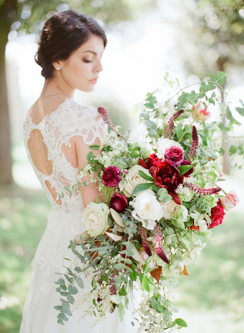buquê da noiva com flores e folhagem