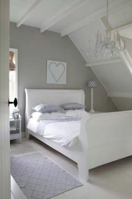 Witte zolderbalken, muur in kleur