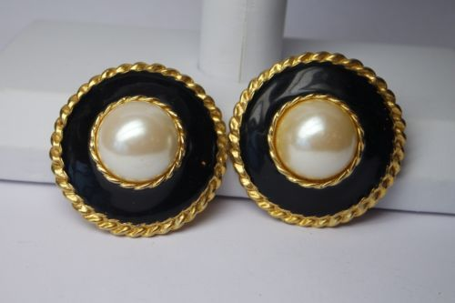 VNT-LARGE-BLACK-ENAMEL-FAUX-PEARLS-DOMED-CLIP-EARRINGS-GOLD-TONE-1-1-2-DIAM