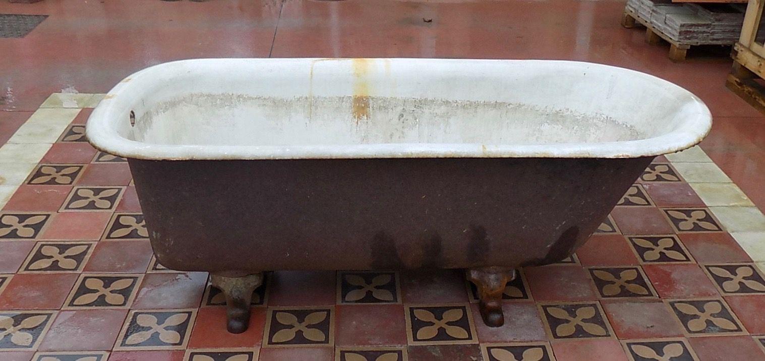vasca da bagno originale di recupero posizionata su ...