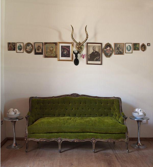 tolle h ngung der bilder w nde ideen walls pinterest haus gr nes sofa und wohnen. Black Bedroom Furniture Sets. Home Design Ideas