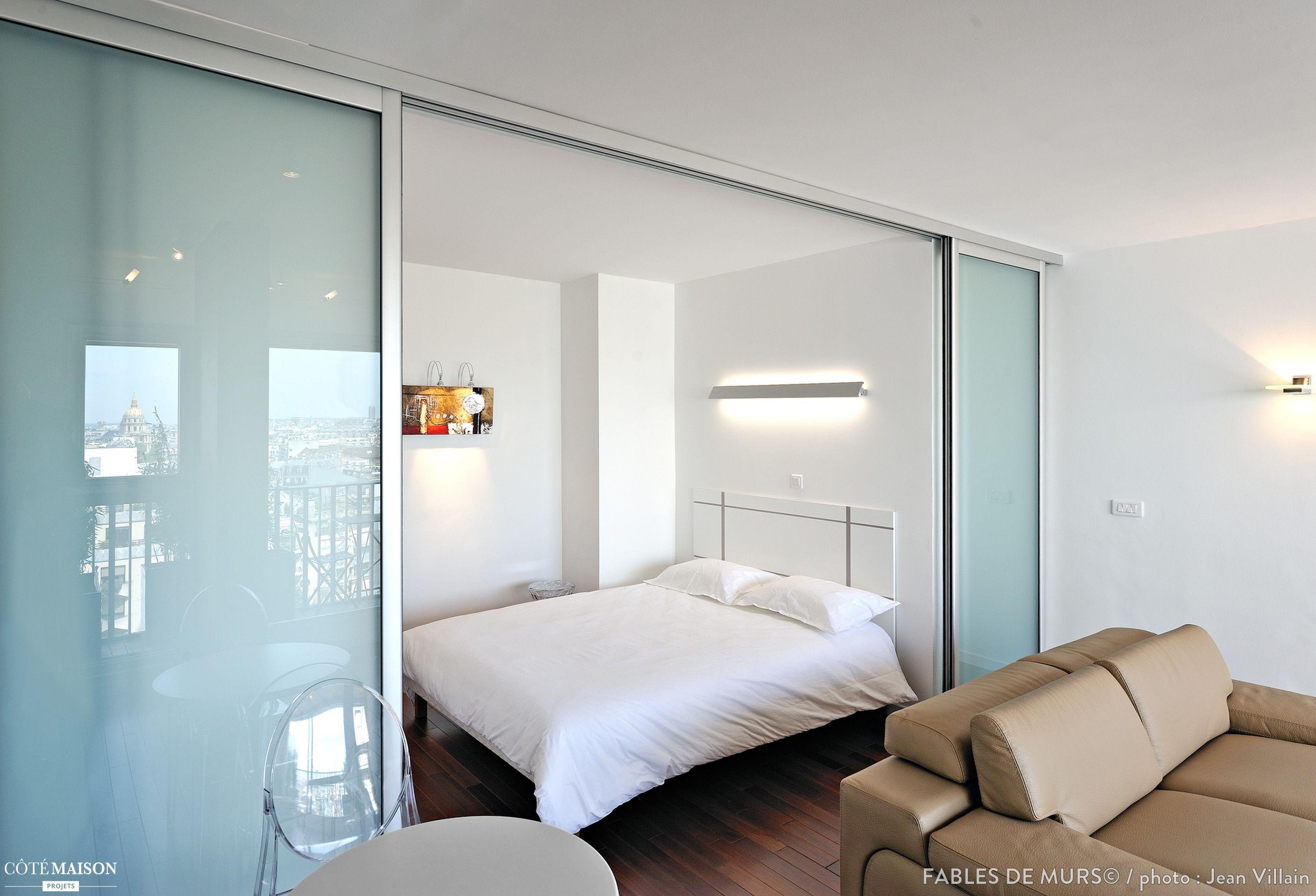 Separation Salon Chambre Studio chambre immaculée séparée du salon par des portes