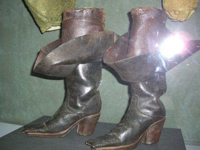 E93e324b80db1343685a212b61d4a101 Jpg 640 480 Century Shoes 17th Century Clothing 17th Century Fashion