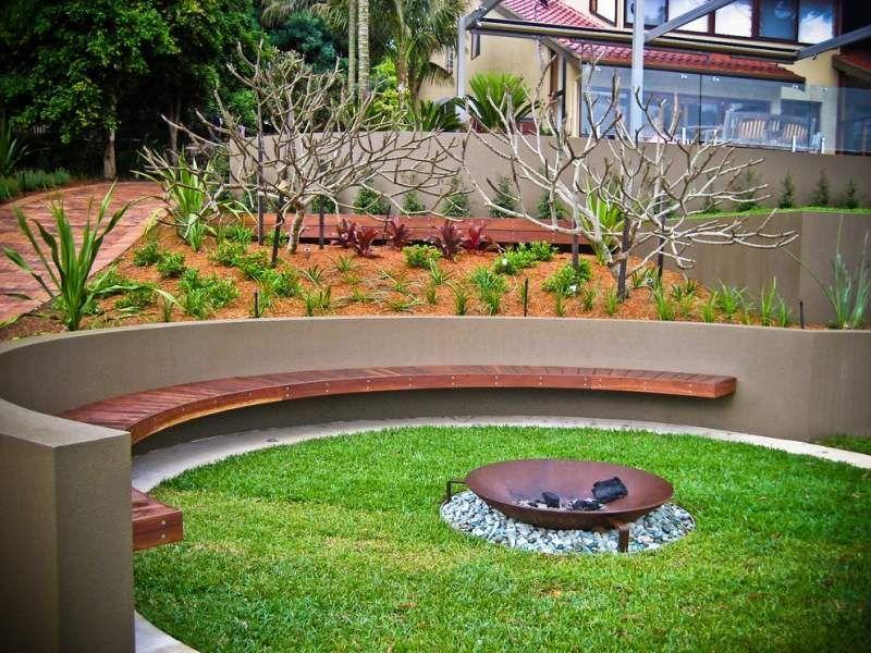 Beton Gartenbank mit Holzaufsatz und Feuerschale Outside - sitzplatz im garten mit steinmauer