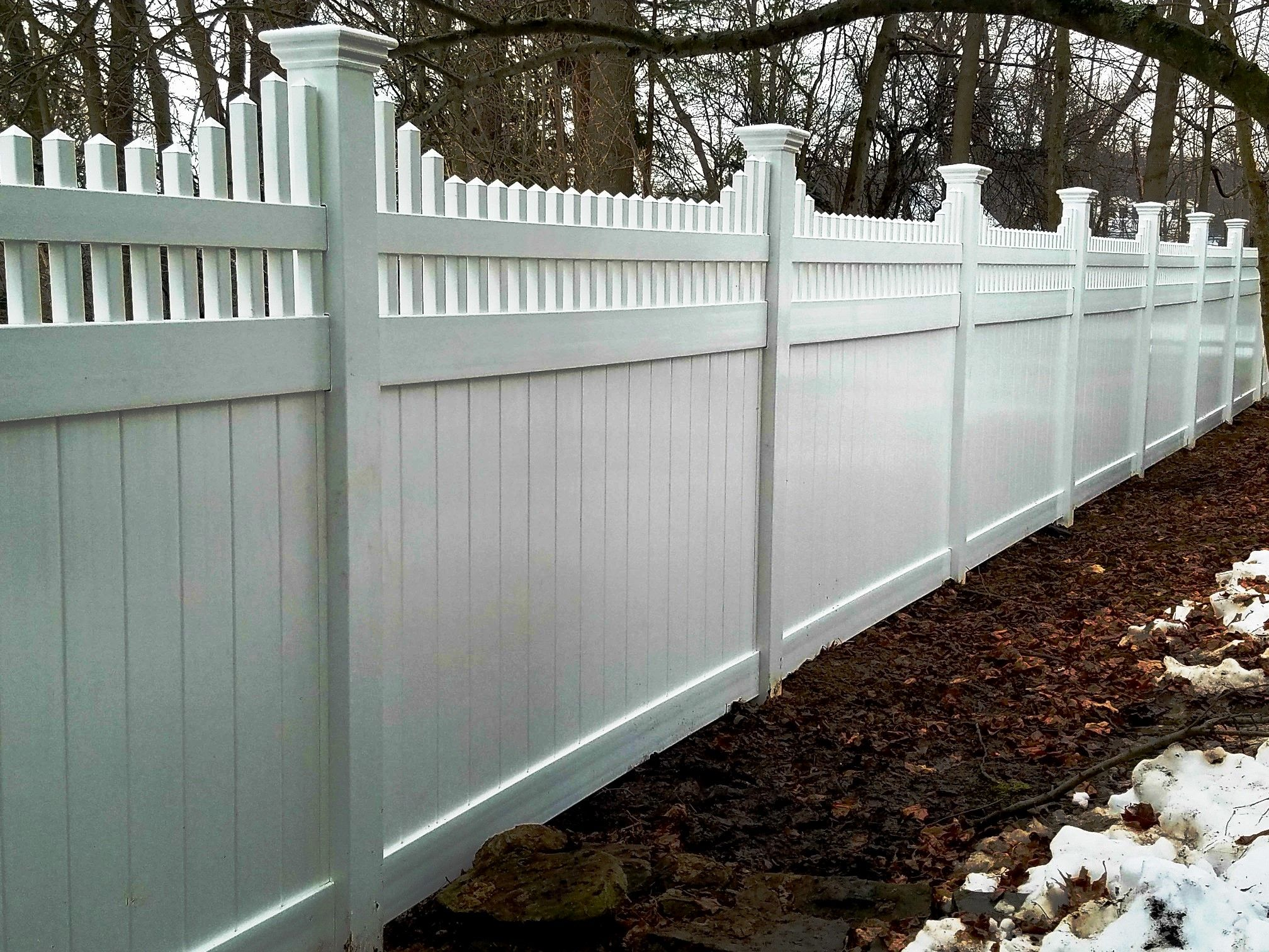 Vinyl Privacy Fence With Open Spindle Topper Garden Design Layout Vinyl Privacy Fence Vinyl Fence