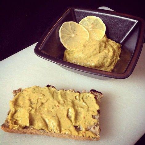 Avocado dip with fresh herbs and one-pot bread. /  Pikante Avocado-Kräuter-Crème mit einer Scheibe One-Pot Brot - vegan -