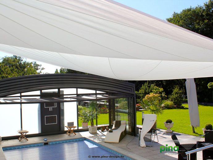 Sonnensegel in elektrisch aufrollbar über einer Terrasse am über - vorteile sonnensegel terrasse