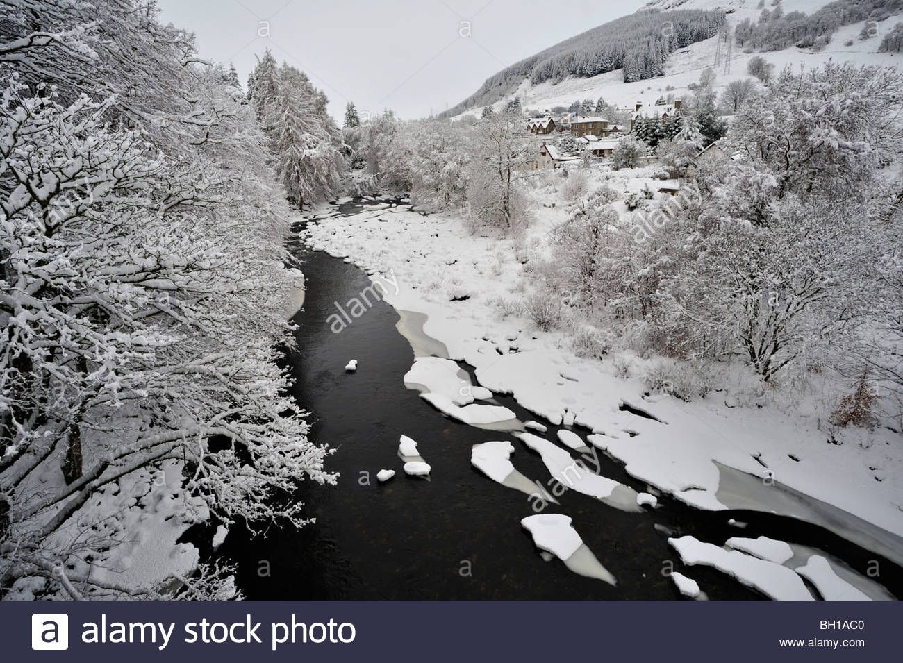 snowy-tree-lined-riverbanks-and-partly-frozen-river-seen-from-above-BH1AC0.jpg (1300×955)