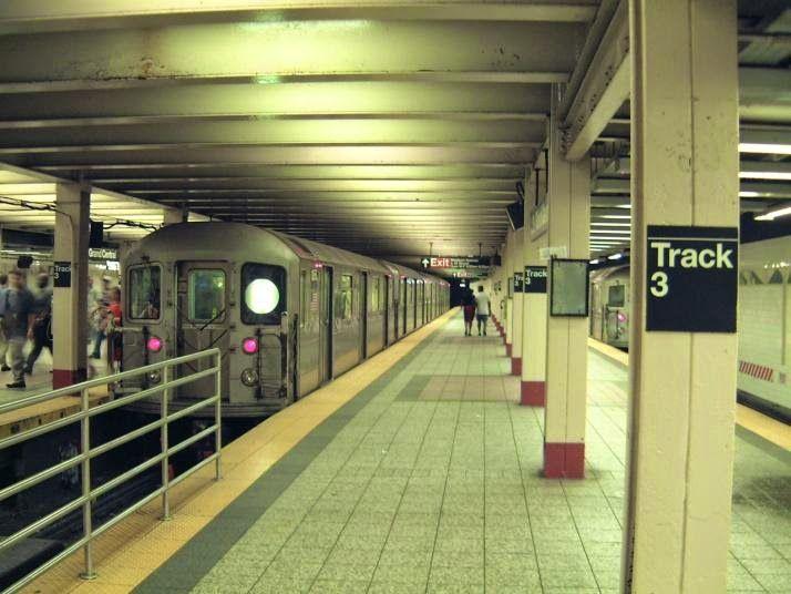 Pregopontocom @ Tudo: Linha do metrô começa a sair do papel após um sécu...  Internacional  Atrasos tão comuns no Brasil também acontecem nos Estados Unidos. Obra de metrô em Nova York já dura 100 anos e só agora pode funcionar. - O primeiro trecho, de 3 km, deve ser inaugurado no fim de 2016, a um custo de R$ 10 bilhões. Ainda não há previsão para a conclusão dos outros 10 km, que vão ligar o Harlem ao distrito financeiro.